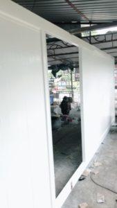 ติดตั้งประตู ทาสีประตูอัตโนมัต สีขาว ไม้ สวยงาม