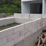 ถังขยะทำงานในด้านการก่อสร้าง