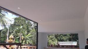 มืออาชีพการติดตั้งเพดาน เพดานสีขาว มีไฟ สำนักงาน เพดานขนาดใหญ่ เพดานกว้าง
