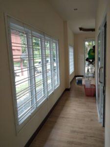 ทางเดินในบ้านที่มีหน้าต่างยาวได้รับการปกป้องด้วยบาร์รักษาความปลอดภัย
