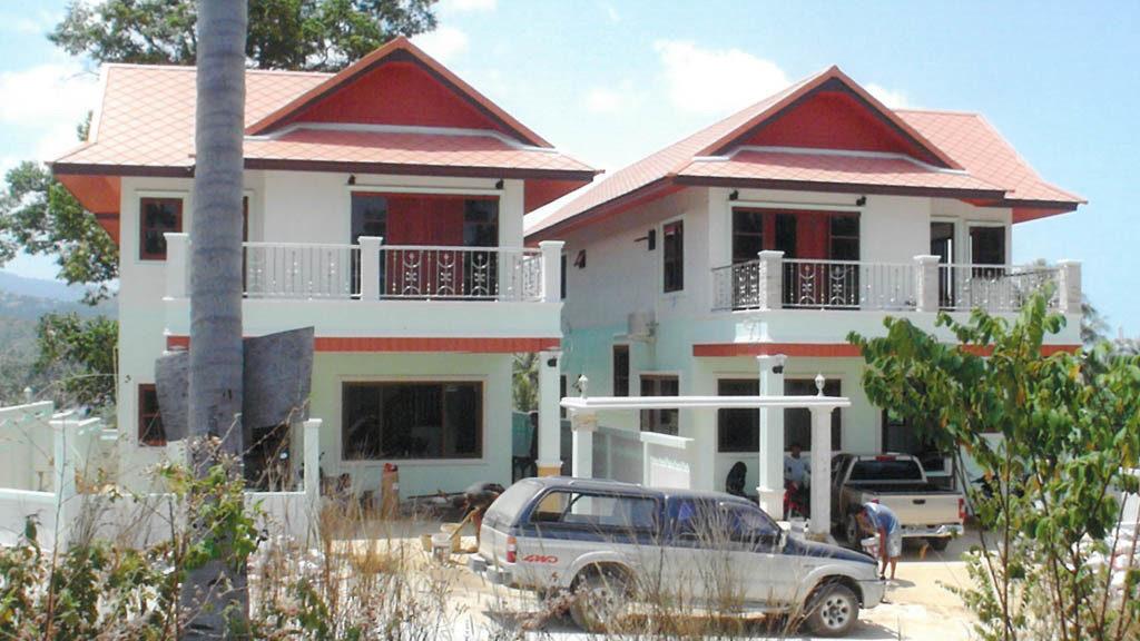 บ้านคู่สองชั้น หลังคาสีเเดง ขนาดปานกลาง