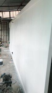 ทาสีประตูอัตโนมัต สีขาว ไม้ สวยงาม