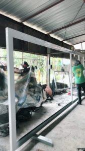 พนักงานทำประตูอัตโนมัต ทำไม้ ทาสี ติดตั้ง มีมืออาชีพ